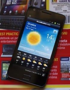 Europenii renunţă la telefoanele mobile şi trec la smartphone-uri