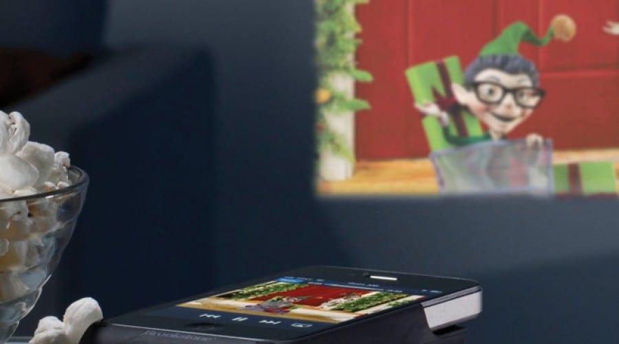 iPhone 4 devine un proiector de buzunar