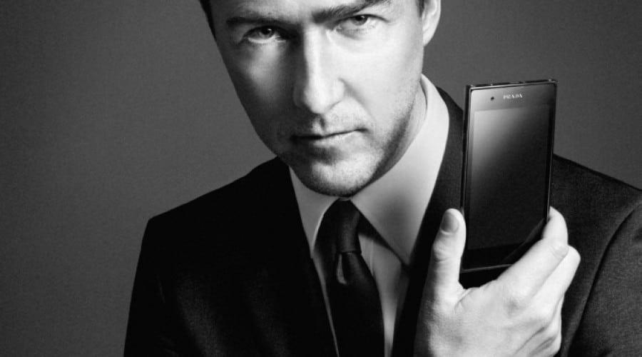 LG promovează Prada 3.0 cu ajutorul actorului Edward Norton
