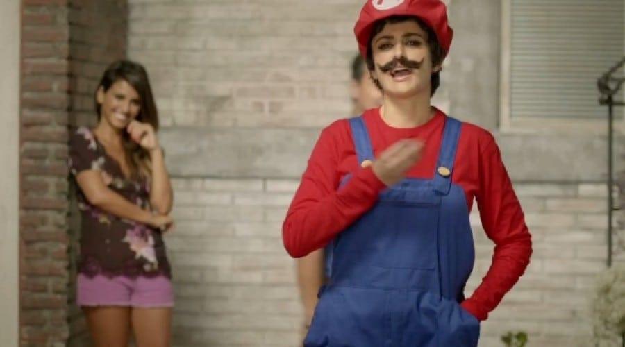 Penelope Cruz intră în hainele lui Mario (video)