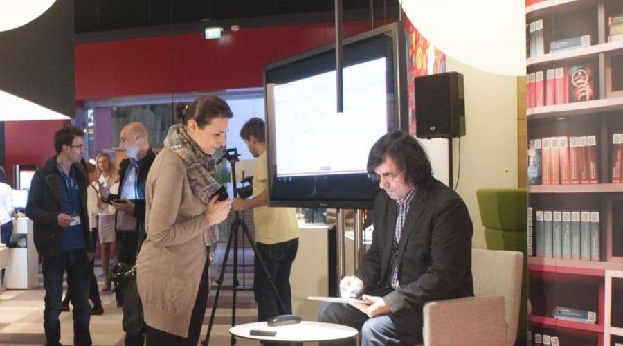 Sesiune de autografe cu Mircea Cărtărescu, la relansarea proiectului Vodafone Biblioteca Digitală