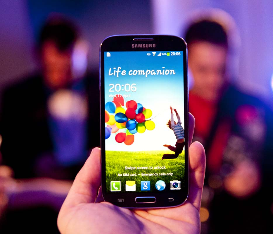 Samsung Galaxy S4 este disponibil de maine in magazinele partenere
