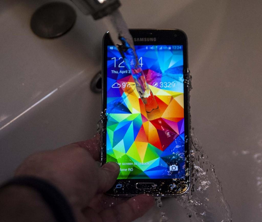 Samsung-Galaxy-S5-water-1