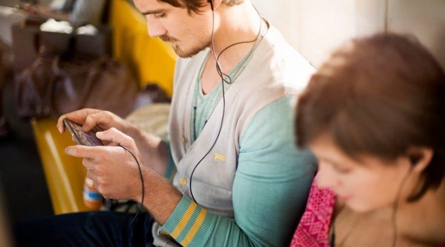 Consumul mediu lunar de date mobile a crescut cu 40%: utilizatorul mediu din România consumă lunar 155 MB trafic de internet pe mobil