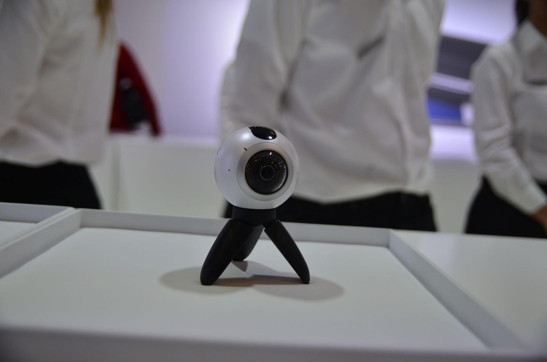 MWC 2016: Samsung lansează Gear 360, camera cu filmare panoramică