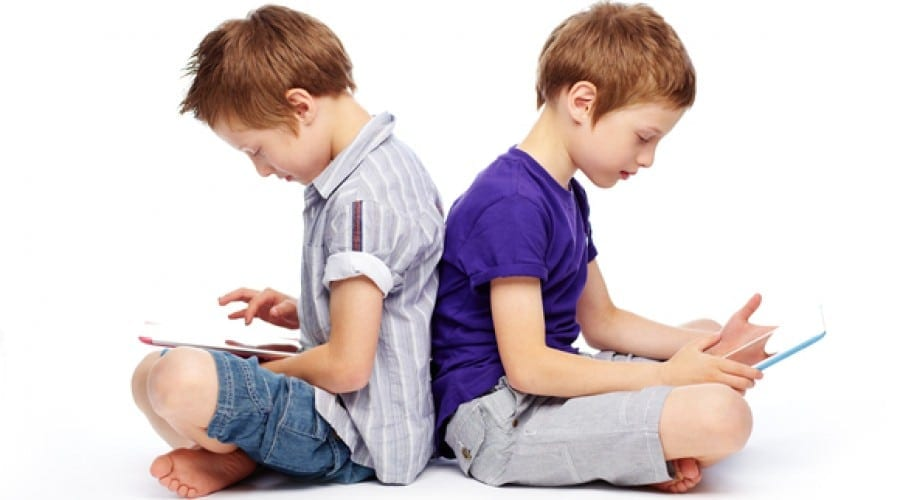 Copiii care au telefon și calculator petrec până la cinci ore pe zi pe dispozitivele lor