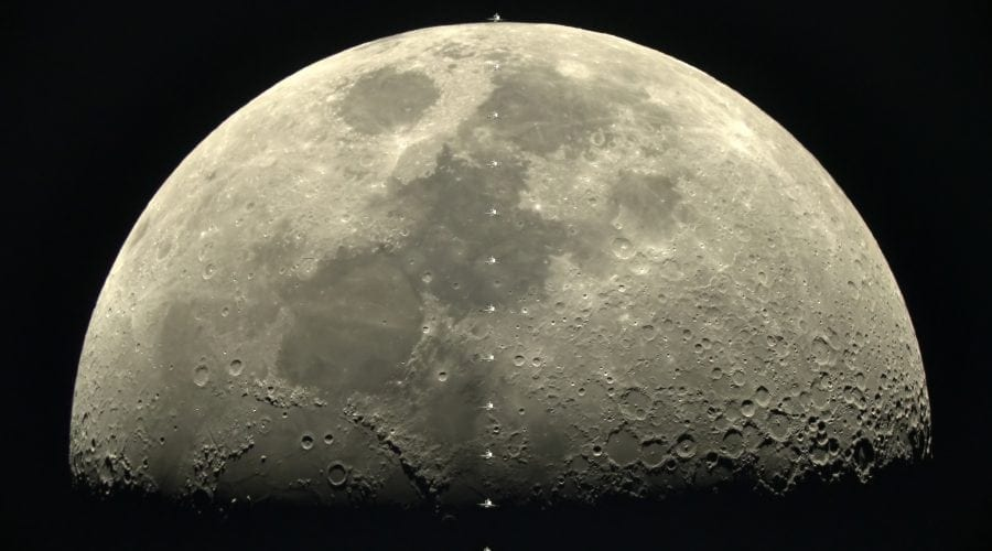 Camera Sony α7s a surprins Stația Spațială Internațională trecând prin fața lunii la 28.000 km/h