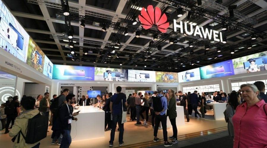 Premierul britanic cere criticilor Huawei să ofere alternative