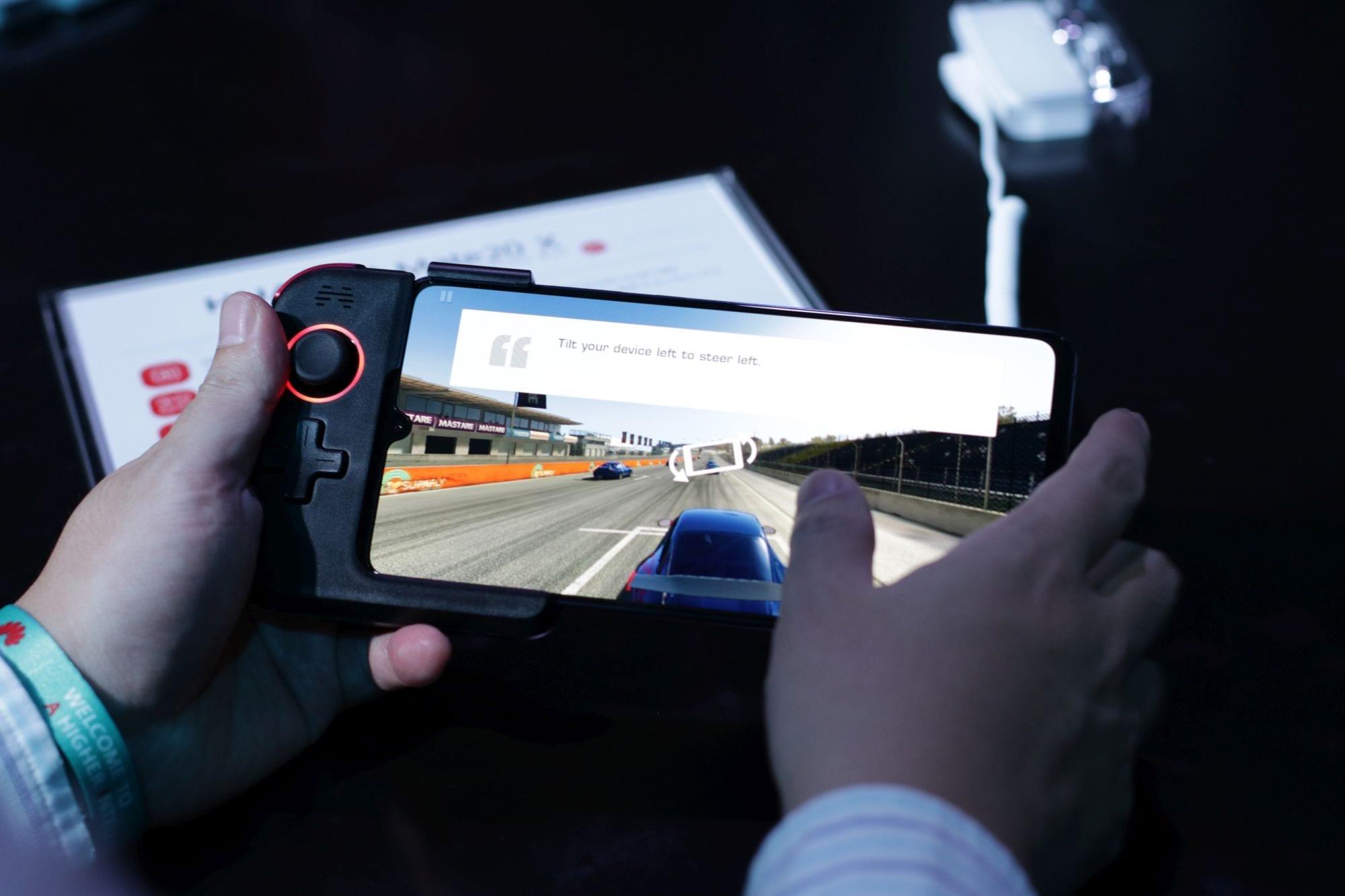 Huawei a anunțat Mate X, un smartphone cu ecran de 7.2 inchi pentru gameri
