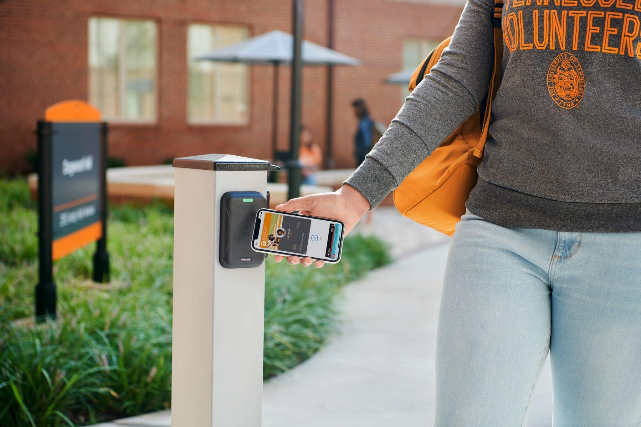ID-urile contactless de pe iPhone și Apple watch sunt dorite de tot mai multe universitățile din SUA