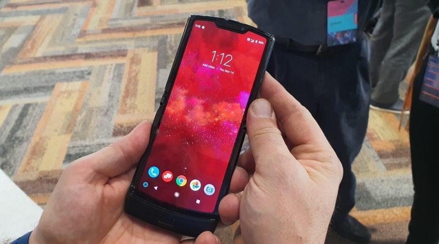 Motorola relansează Razr. Este primul telefon pliabil cu clapetă