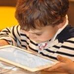 """Orange continuă să livreze tablete pentru programul """"Școala de acasă"""""""