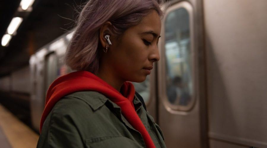 Un bărbat a fost la un pas de sufocare după ce a adormit cu AirPod-urile în urechi