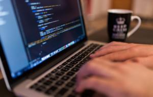 Google pune la bătaie peste 1200 de burse pentru românii care vor să lucreze în IT. Cum te înscrii