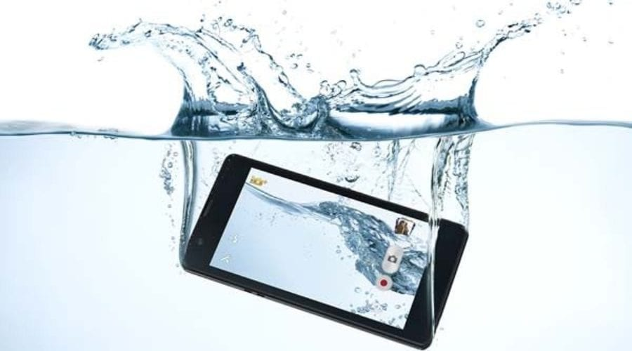 Ce să faci și ce să nu faci dacă ți-ai scăpat telefonul în apă