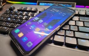 Noul telefon de gaming de la Lenovo are un design cel puțin interesant