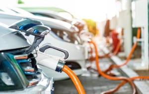 Studiile arată că deținătorii de mașini electrice revin la cele pe combustibili fosili după o vreme. De ce se întâmplă asta?